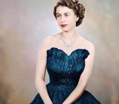 精致优雅一辈子的英女王办公桌却凌乱不堪,还不允许别人乱动