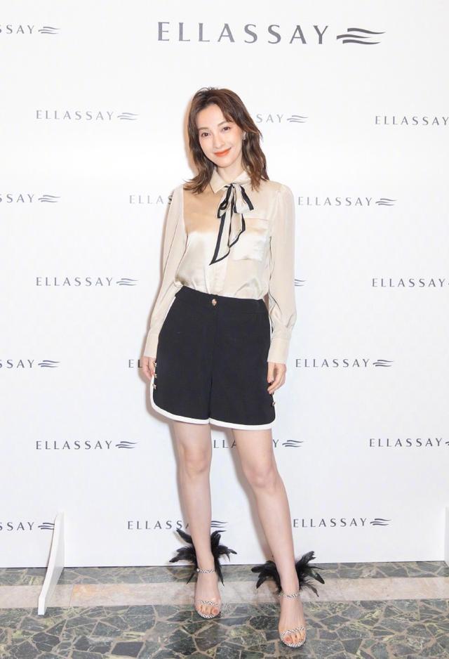 吴昕真会装嫩!超短发搭配白色连衣裙拍时尚大片,看着不像37岁