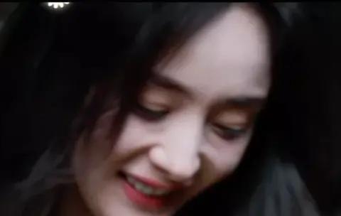 34岁杨幂上综艺遭吐槽,法令纹明显泪沟下垂,少女人设坍塌?