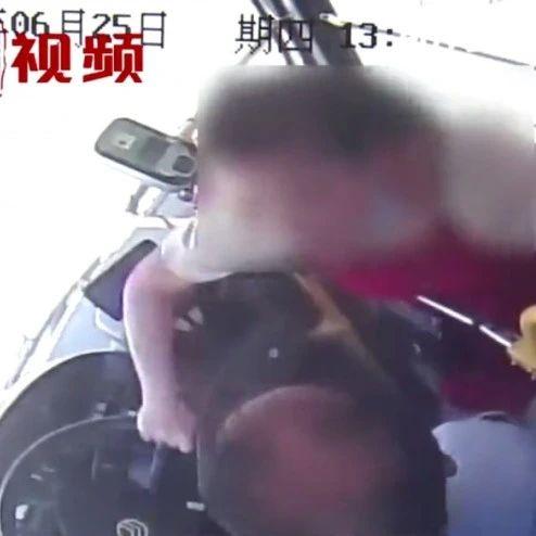 女子抢夺公车方向盘,大喊:那你报警啊!警方:已采取刑事措施