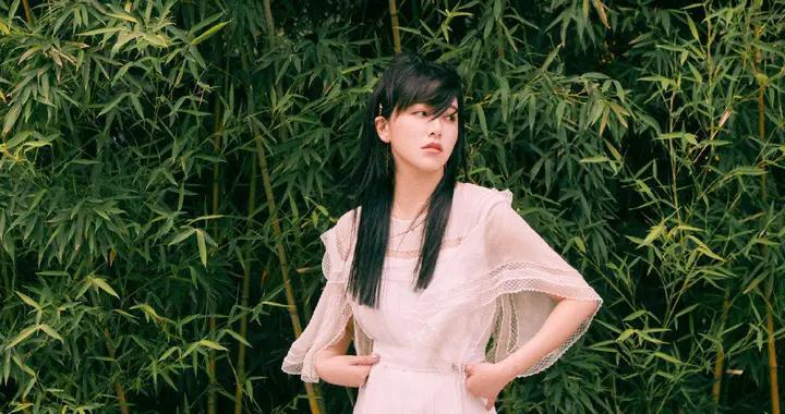 阚清子越来越会穿,穿一件白色吊带搭配阔腿裤,秒变气质小仙女