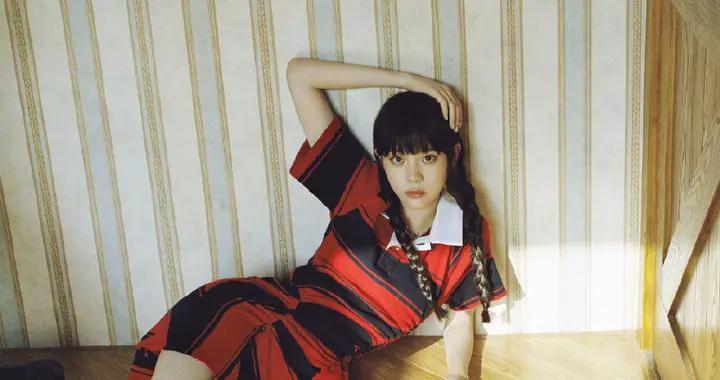 欧阳娜娜表现力真强,穿红黑条纹裙依靠墙面,秀美腿尽展身材曲线
