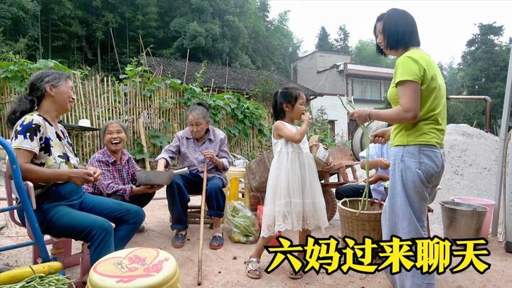六妈过来玩,老祖婆拿着吃的出来给她六媳妇,一家人聊得热火朝天