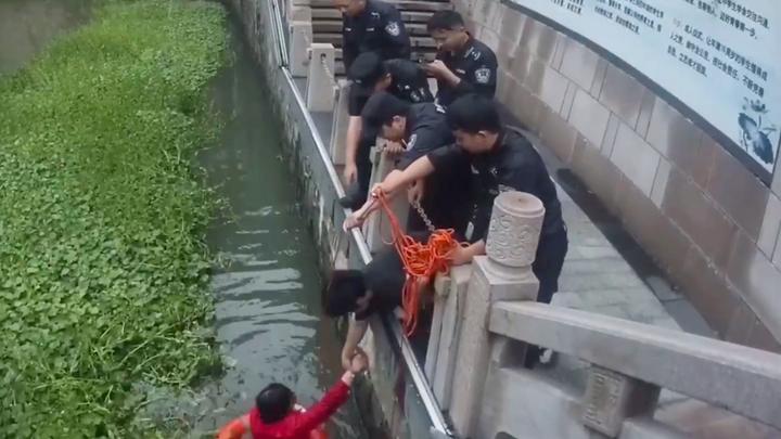好人有好报!流浪汉救起坠河女后悄然离开 民警找到他后……