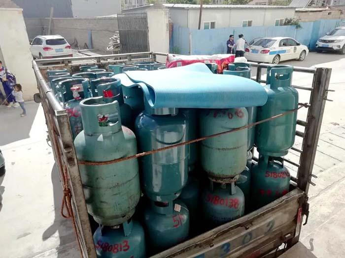 玉龙县开展液化石油气黑窝点专项治理行动,查获非法液化石油气钢瓶117只