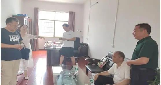 东安县教育局领导慰问二小困难党员
