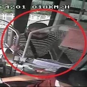 广州60岁阿伯上错公车,一拳打烂驾驶室玻璃……