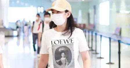 黄奕白色t恤搭配牛仔裤,简单又大气,可以凸显出18岁少女感