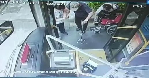 """""""我是你的另一根拐杖!""""爱心司机扶轮椅老人上下公交"""