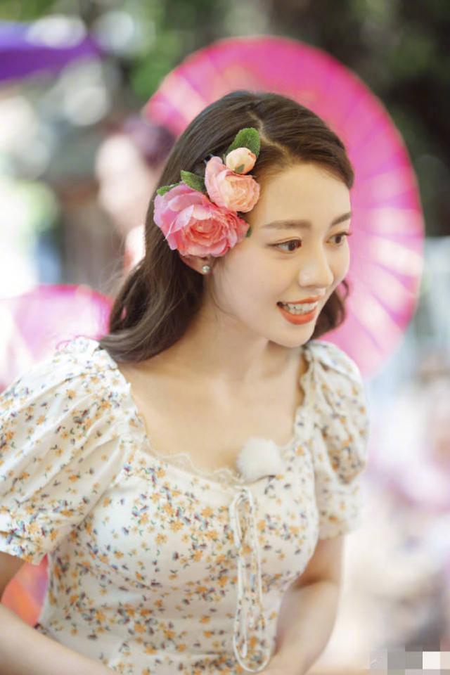 吉娜化身傣族姑娘又美又俏,一颦一笑好似芙蓉娇花,超惊艳