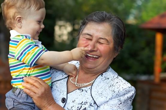 丧心病狂!英国嗑药女闯入陌生人家,小男童眼睁睁看着祖母被勒死