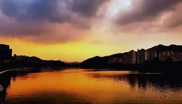 今天的晚霞,云来云往,撒下水面幽幽云影。(By本溪樊华)