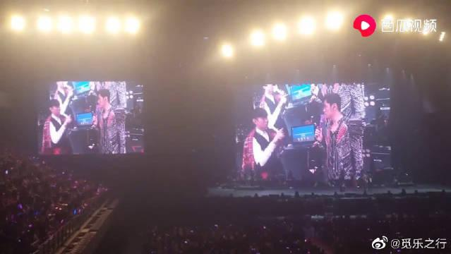 周杰伦和林俊杰在演唱会上玩小游戏打赌唱歌……