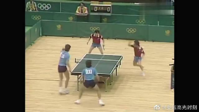 1988年汉城奥运会乒乓球男双,陈龙灿和韦晴光两人完美的配合……