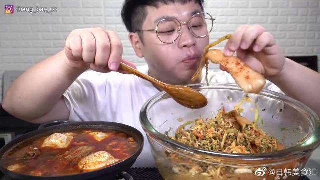 """""""嫩豆腐大酱汤+蔬菜拌饭"""",搭配萝卜泡菜吃得真香!!"""
