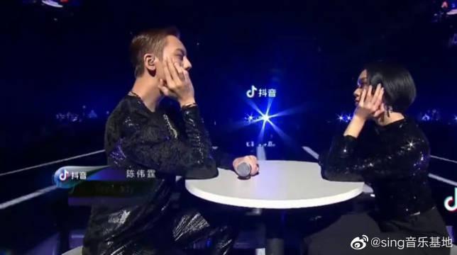 陈伟霆Mylady舞台上黑色漆皮搭 配又双叒叕在散发深情魅力!!