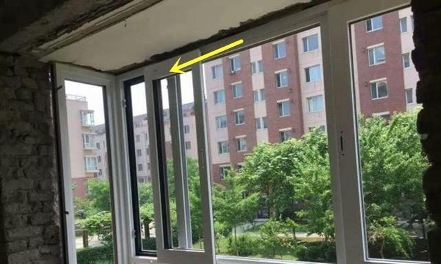 头次见这样的窗户,一开一关推拉漂移,跟地铁门一样,完全不占地