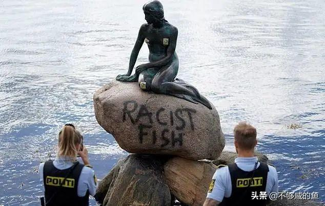 被美国传染?丹麦小美人鱼雕像被抗议者喷涂鸦:一条种族主义的鱼