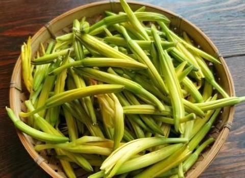 7月,遇到这菜必买10斤,维生素A是胡萝卜5倍,简单一拌清香嫩爽
