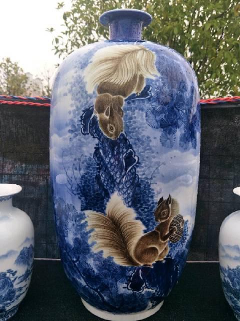 中国瓷器生动展现了花朵、动物以及自然界中的充满生机的各种景象