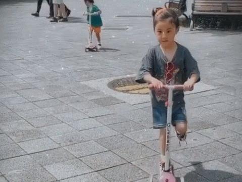 """修杰楷带娃获贾静雯表白,咘咘波妞""""自驾豪车""""玩,睡姿超豪横"""