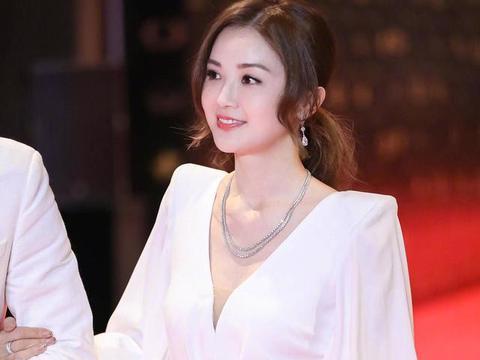 阿Sa蔡卓妍终于高调,穿白色深V领连衣裙扎马尾亮相,又美又优雅