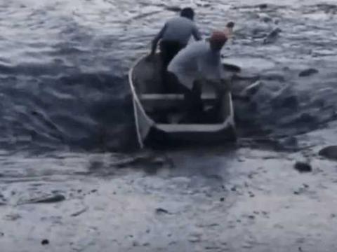 男子划船捕鱼感觉鱼船有异样, 没想到直接被漩涡吸入了进去