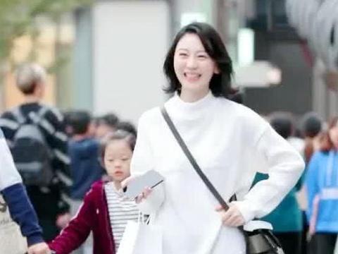 街拍:小姐姐身穿白色卫衣搭工装裤,非常简约的穿搭