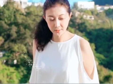 46岁吴绮莉扎马尾穿吊带,皮肤光滑很风情,自称为小龙女付出太多