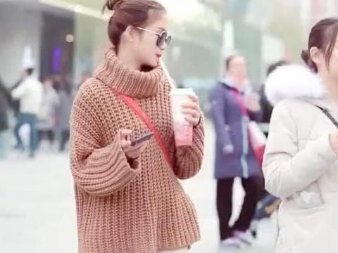 街拍:小姐姐身穿咖啡色高领毛衣搭白色裤子,时尚好看