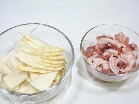 口感脆爽香甜,搭配五花肉炒着吃,咸香下饭,做法简单又好吃