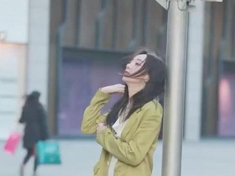 街拍:小姐姐身穿白色套装搭绿色上衣,尽显优雅气质