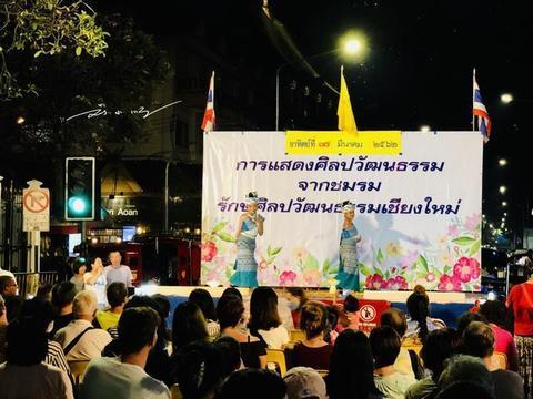 泰国清迈最火的周日夜市,中国游客逛完却纳闷:怎么都像义乌货?