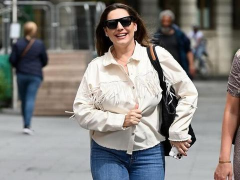 女星凯莉·布鲁克现身伦敦街头,她给人一种特别的感觉