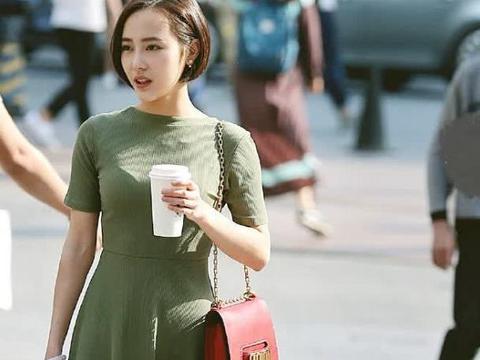 街拍:小姐姐身穿墨绿色针织裙,尽显优雅大方
