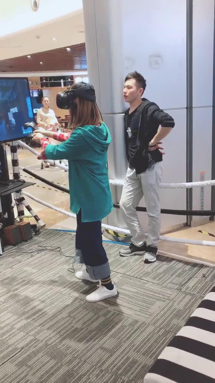 哈哈哈VR砸,老板一脸惶恐!