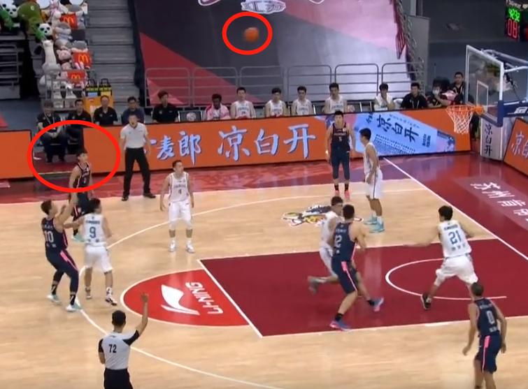 弹跳能力一览无遗!徐杰站3分线外也能抢下进攻篮板,你怎么看?