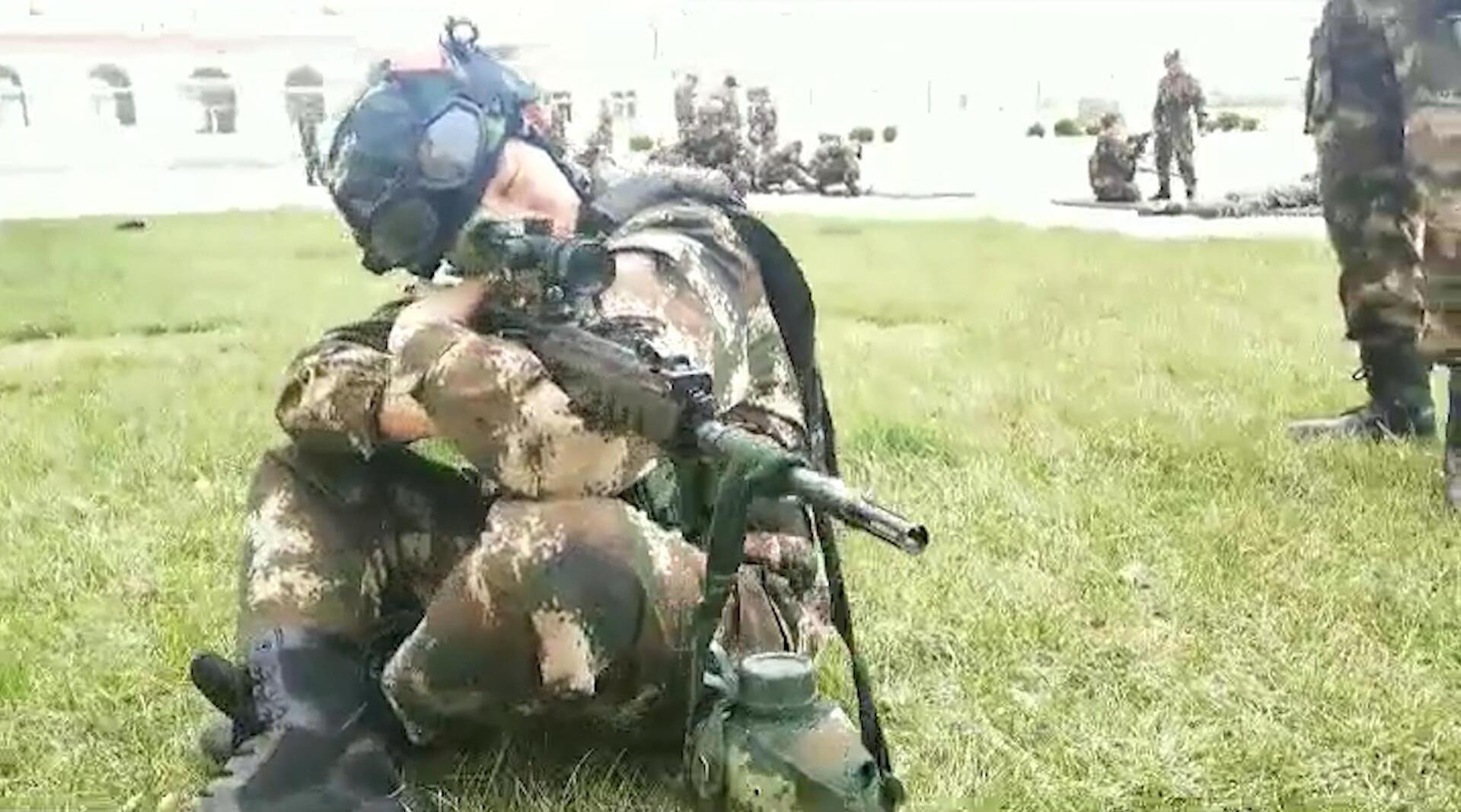 军营版《下山》,看武警战士如何记录军旅日常,致敬中国军人!
