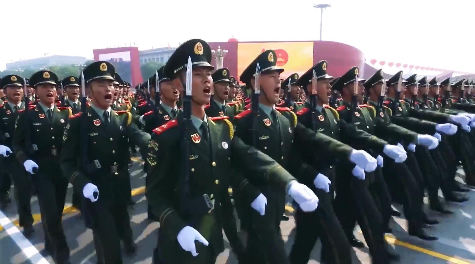 新中国70周年大阅兵,武警部队方队稳步走来,英姿飒爽整齐划一!