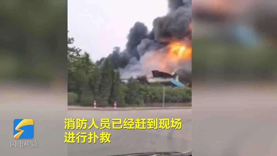 突发!济南 章丘一工厂突发火灾 现场浓烟滚滚