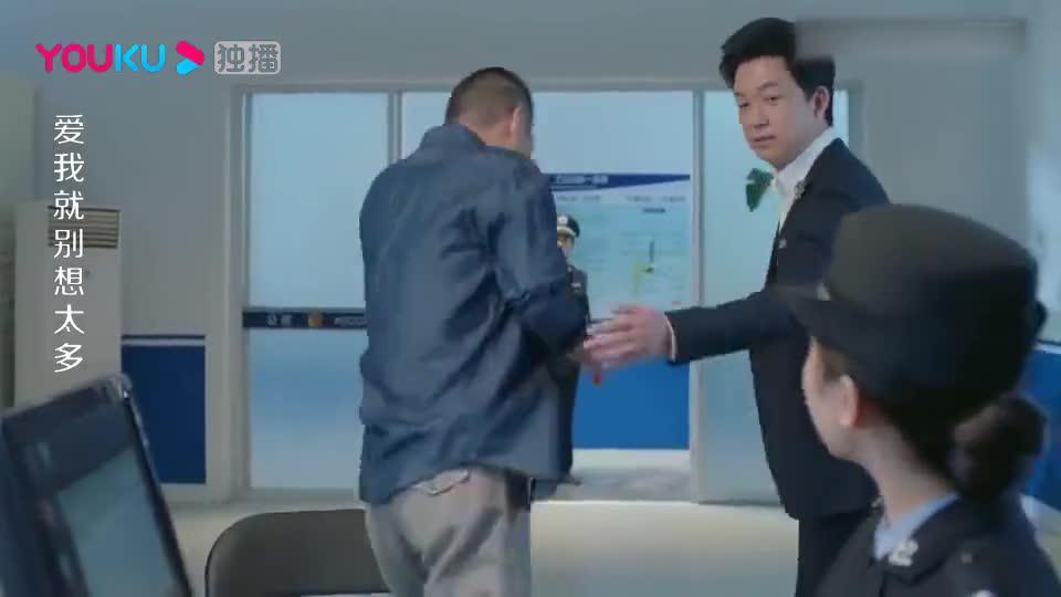 老总乔装被误认变态,不料秘书说明身份,警察局长直呼要签名!