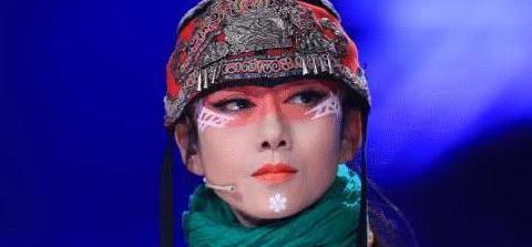 为何杨丽萍10年一直戴着帽子,以为是造型,摘下帽子后被吓到了!