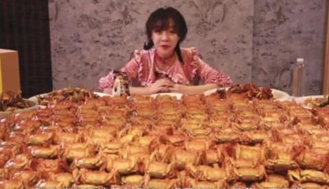 """妹子打卡张亮海鲜店,1人吃1800只""""大闸蟹"""",结账时成了哑巴"""