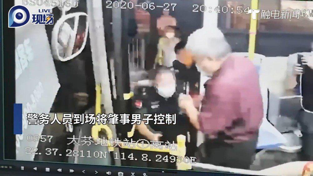深圳一男乘客中途要求下车被拒,手抢方向盘还殴打司机……