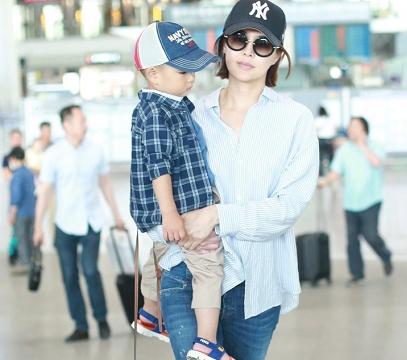 关悦带小孩走机场,蓝色条纹衬衫配牛仔裤简洁大气,太像女大学生