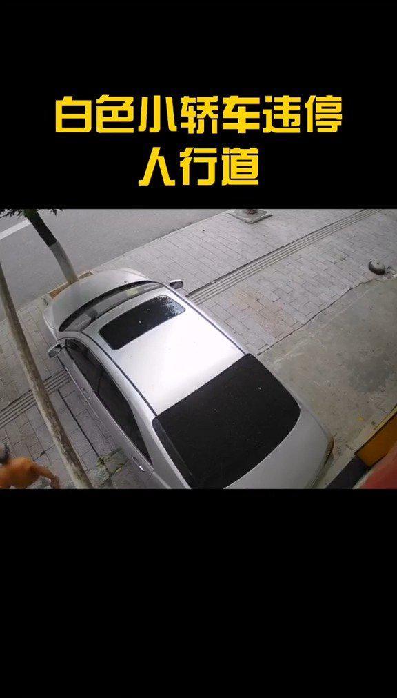 小轿车违停,霸气大爷捡起地上的砖头就往引擎盖上搓……