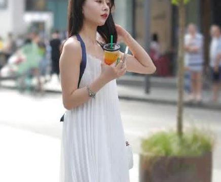 街拍:小姐姐白色露背长裙突显知性优雅,迷人身材