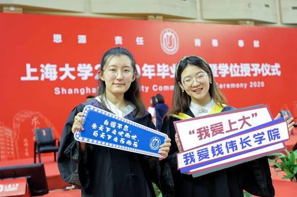 这场毕业典礼太幸福了!上海中心亮灯祝贺,毕业生分享结婚喜讯