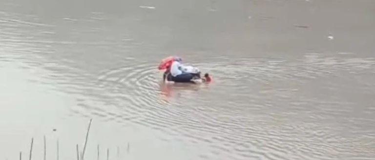 高危产妇洪水上分娩,众人水中推行一度被淹