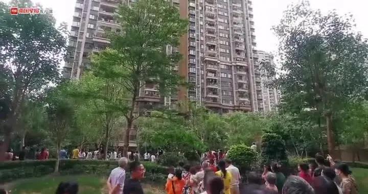 南宁一小区高层住宅楼发生火灾,有业主从30楼步行逃生